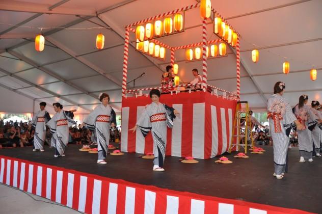 Chitosekai dancers