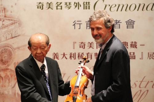 Wen-Long Hsu presents a violin to Carlo Chiesa.